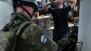 Nennenswerten Widerstand leistet der Mann nicht, als die durchtrainierten Slowaken ihn überwältigen.