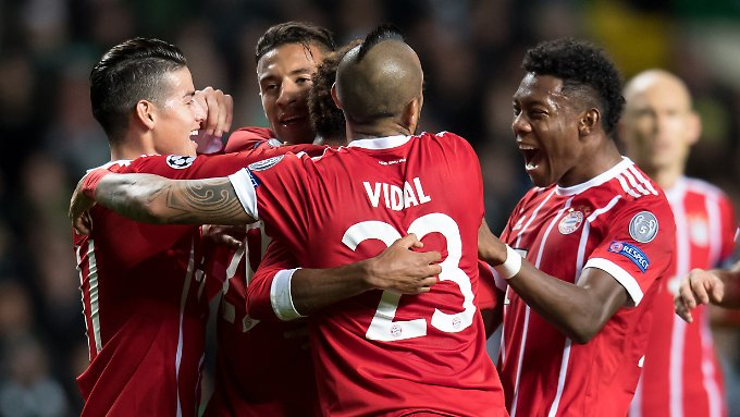 Freude über das 1:0 - am Ende gewinnen die Bayern 2:1 und stehen damit bereits im CL-Achtelfinale.