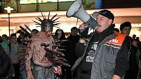 """Als es zu Übergriffen zwischen """"Zombie Walk""""-Teilnehmern und Krawallmachern kommt, räumt die Polizei den Bahnhof."""