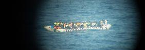 In Seenot vor der Küste Libyens: Bundeswehr rettet mehr als 100 Flüchtlinge