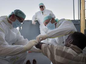 Flüchtlinge ziehen sich auf den Schlauchbooten oft Schnittverletzungen zu - vor allem an Armen und Beinen.