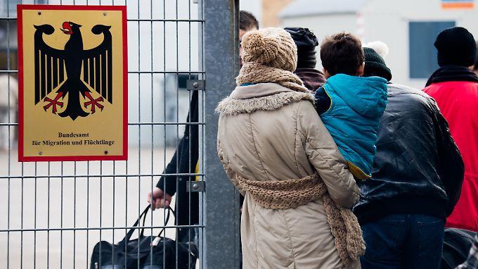 573.000 Schutzsuchende warten noch auf die Entscheidung über ihren Asylantrag.