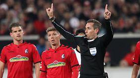 Die Referees verwirren in der Vergangenheit mit häufigen Video-Einsätzen.