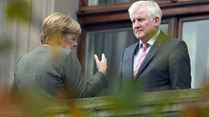 Nach dem schwachen Wahlergebnis der Union stehen Kanzlern Angela Merkel und CSU-Chef Horst Seehofer in den Jamaika-Verhandlungen unter Druck.