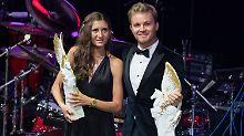 """Nico Rosberg hat die Alltagskleidung gegen den feinen Zwirn getauscht. Gemeinsam mit Leichtathletin Gesa Krause wurde er als """"Sportler mit Herz"""" ausgezeichnet."""