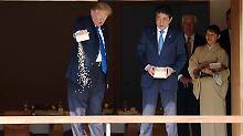 Trump zeigt der Welt, wie Fischefüttern nicht geht.