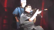 Die Knarre im Anschlag: Marilyn Manson zielt auf sein Publikum