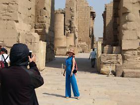 Touristin vor dem Karnak-Tempel in Luxor.