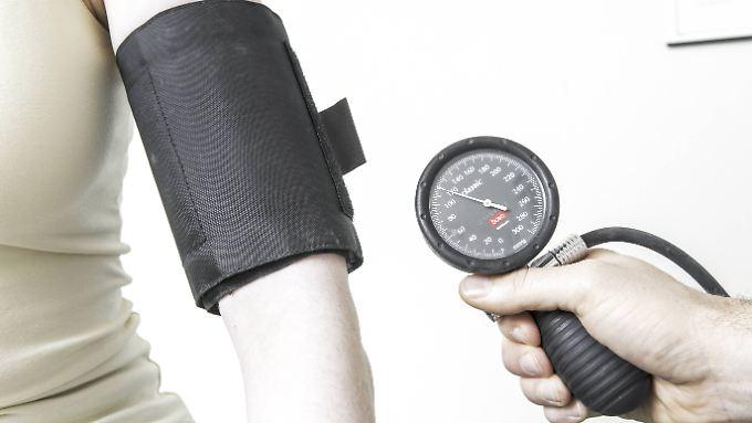 Wer regelmäßig seinen Blutdruck messen lässt, geht auf Nummer sicher.