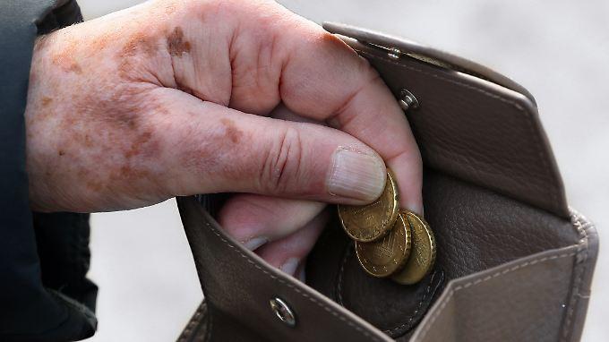 Als armutsgefährdet gilt, wer als Alleinstehender über weniger als 1064 Euro im Monat verfügt.