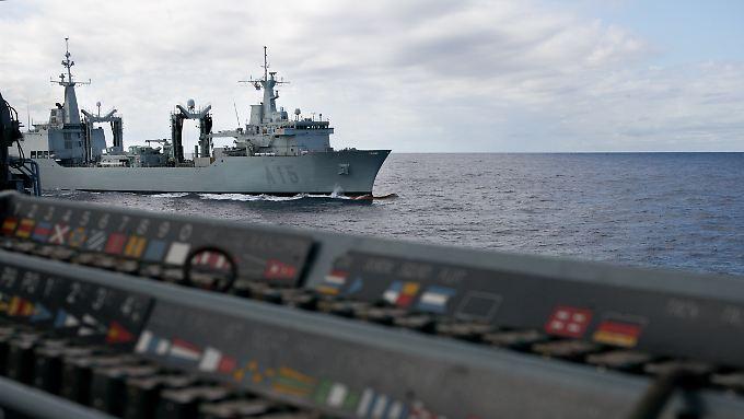 """Abdrehen von der """"Cantabria"""". Wenn sich zwei so große Schiffe nahe sind, kommt es auf die Kommunikation an. Im Vordergrund zu erahnen: das sogenannte Flaggenstell auf der Backbordseite."""