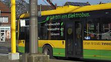 Ein Elektrobus an einer Ladestation in Oberhausen: Stammt die Energie von Sonne und Wind, kann das zur Senkung von CO2-Emissionen weit vor den Toren der Stadt beitragen.