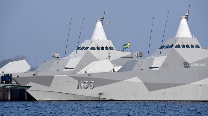 """Nahezu unsichtbar für den Gegner: Die beiden schwedischen Stealth-Korvetten """"Harnösand"""" und """"Karlstad"""" in Kiel."""