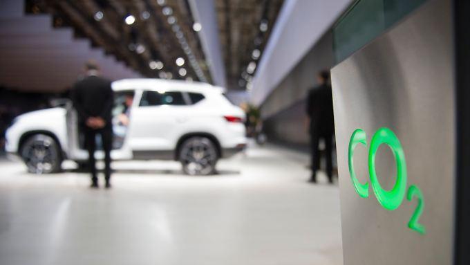 Autos sollen weniger CO2 ausstoßen - die Branche wehrt sich aber gegen die Zielvorgaben.