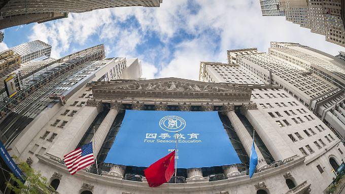 """Erster Handelstag für """"Four Seasons Education"""": An der New York Stock Exchange begrüßt zur Wochenmitte ein himmelblaues Banner die Händler."""