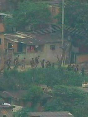 Mitglieder der Drogenbanden flüchten in benachbarte Favelas.