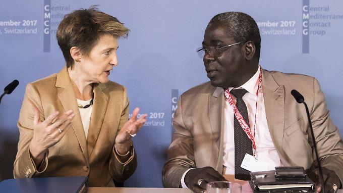 Schweizer Justizministerin Simonetta Sommaruga und Abdramane Sylla Minister für afrikanische Integration aus Mali, wollen die Ausbeutung, Folter und den Missbrauch von Flüchtlingen und Migranten auf der Mittelmeerroute stoppen.