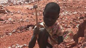Schuften für die Schulgebühr: Kinder in Uganda müssen stundenlang Steine klopfen