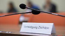 """Beate Zschäpes Verteidiger werfen den Nebenklägern vor, """"politische Reden"""" zu halten."""