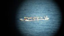 Das Kriegsschiff ist aber auch für Seenotrettungsfälle gewappnet, und macht sich sofort auf den Weg, als sie von einem Schlauchboot rund 30 Seemeilen vor der Küste hört.