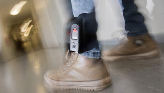 Überwachung durch Fußfesseln ist im Ausland nicht erlaubt.