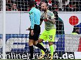 Kölns Constantin Rausch will die Elfmeter-Entscheidung nicht hinnehmen - und fragt bei Schiedsrichter Felix Brych nach.