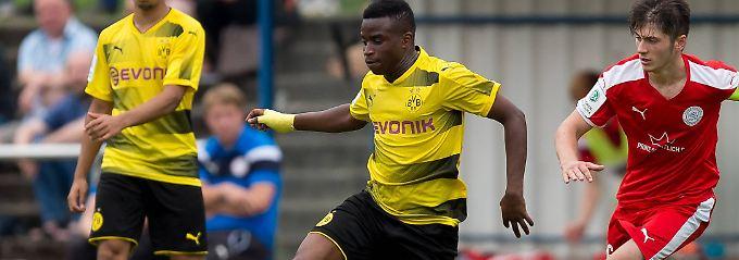 Youssoufa Moukoko trifft in der B-Junioren-Bundesliga nach Belieben: Mit 24 Toren steht er unangefochten an der Spitze der Torjäger.