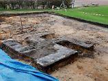 Der Tag: Riesiges Hakenkreuz auf Hamburger Sportplatz entdeckt