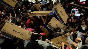 Rabattschlacht wörtlich genommen: US-Amerikaner stürmen am Black Friday die Geschäfte
