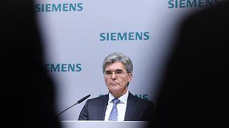 """Siemens-Chef Joe Kaeser streicht tausende Stellen. Das sei """"asozial"""", sagt SPD-Chef Martin Schulz."""