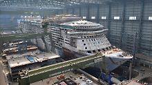 """Kreuzfahrtschiff-Neubau """"Quantum of the Seas"""" liegt  einer Baudockhalle auf der Meyer Werft in Papenburg (Archivbild)."""