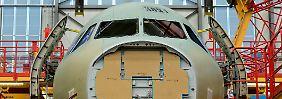Der Rumpf von einer Maschine der A320-Familie steht in der Endmontagehalle im Airbus-Werk in Hamburg-Finkenwerder.