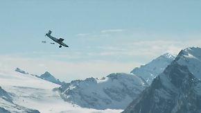 Verrückte Aktion über den Schweizer Alpen: Wingsuiter springen von Berg in Flugzeug