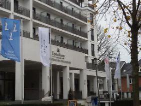 """Kühlungsborner Flagge vor dem Hotel """"Upstalsboom"""": Die Möwen symbolisieren die drei Orte, aus denen die Stadt entstand."""