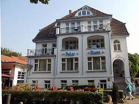"""Auch das schöne Hotel """"Polar-Stern"""" steht unter Denkmalschutz. Typisch für die Bäderarchitektur: der asymmetrische Eingang."""