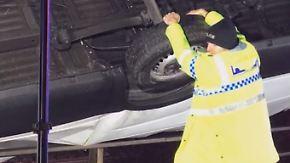 Vor dem Abgrund bewahrt: Polizist hängt sich an umgekippten Transporter