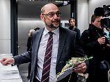 Trippelschritte in die GroKo: Die SPD schaut Merkel tief in die Augen