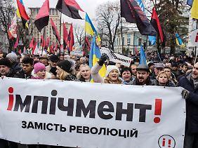 Poroschenko-Gegner fordern dessen Amtsenthebung.