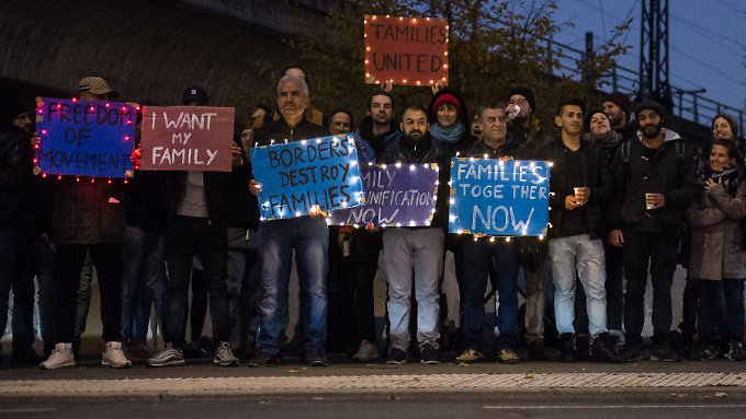 Flüchtlinge demonstrieren vor dem Innenministerium in Berlin.
