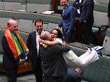 Jubelszenen im Unterhaus: Die Abgeordnete Linda Burney fällt ihrem Parlamentskollegen Warren nach der Entscheidung um den Hals.