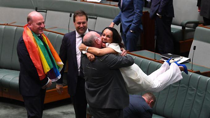 Jubelszenen im Unterhaus: Die Abgeordnete Linda Burney fällt ihrem Parlamentskollegen Warren Entsch nach der Entscheidung um den Hals.