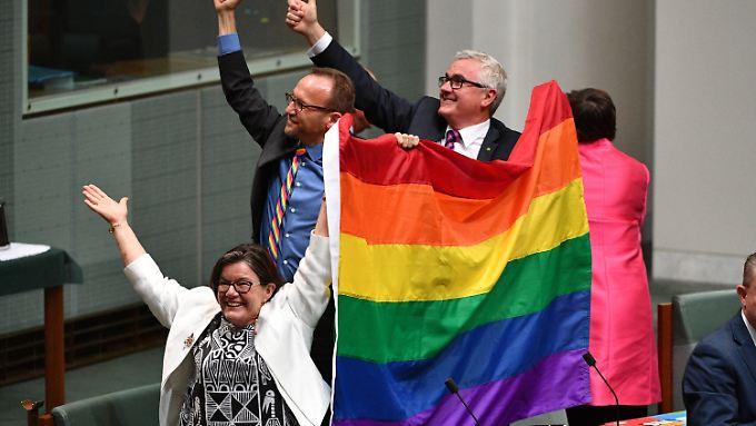 """Jubel im australischen Unterhaus: nur eine Unterschrift trennt """"Down Under"""" von der Homo-Ehe."""