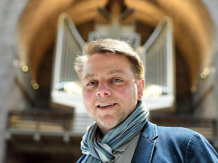 Fürsprecher der Orgelkultur: Der Orgelsachverständige Michael G. Kaufmann, hier vor der Klais-Orgel in der Kirche St. Stephan in Karlsruhe.