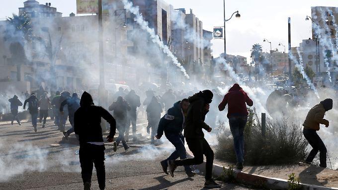 In Jerusalem brennen Autoreifen und USA-Flaggen - und es fallen Schüsse.