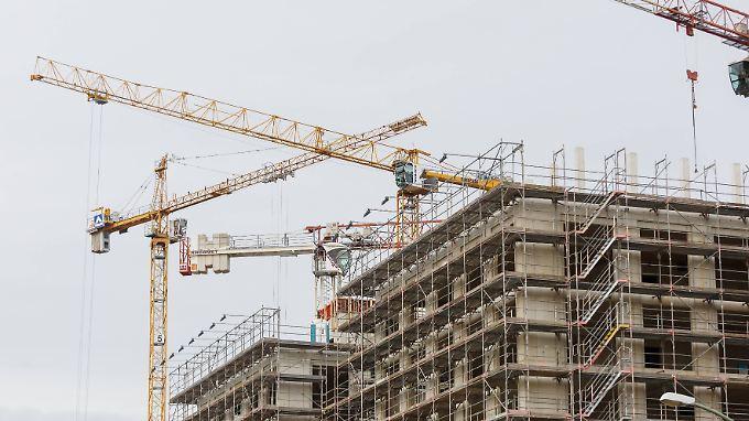 Die ungebrochen starke Nachfrage nach Immobilien freut die Baubranche, führt aber auch zu Engpässen - etwa beim Bauland.