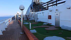 Eine Minigolfanlage mit fünf Löchern befindet sich an Bord, genau wie ein Platz für Tennis und Basketball (rechts oben).