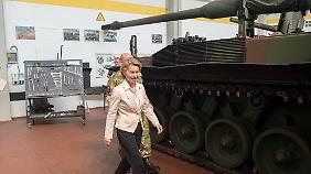 Schnellen Schrittes: Ursula von der Leyen lässt eine Panzerhaubitze links liegen.