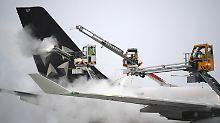 Wetter legt Verkehr lahm: Hunderte Flüge fallen wegen Schnee aus