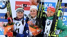 Was sehen wir? Die Zweitplatzierte Irina Krjuko aus Weißrussland, die Siegerin Justine Braisaz aus Frankreich und die Drittplatzierte  Laura Dahlmeier aus Deutschland stehen auf dem Podium.
