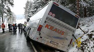 Vereiste Flieger, Schulbus im Graben: Schnee bringt Luft- und Straßenverkehr durcheinander